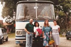 Abschied nehmen: 1984 der letzte Bus ist verkauft. von links nach rechts: Carlos Müller-Matzke, Schwester Doris Loesgen, Claudia Matzke mit Mutter Grete